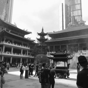 Tempel und Hochhaus in Shanghai